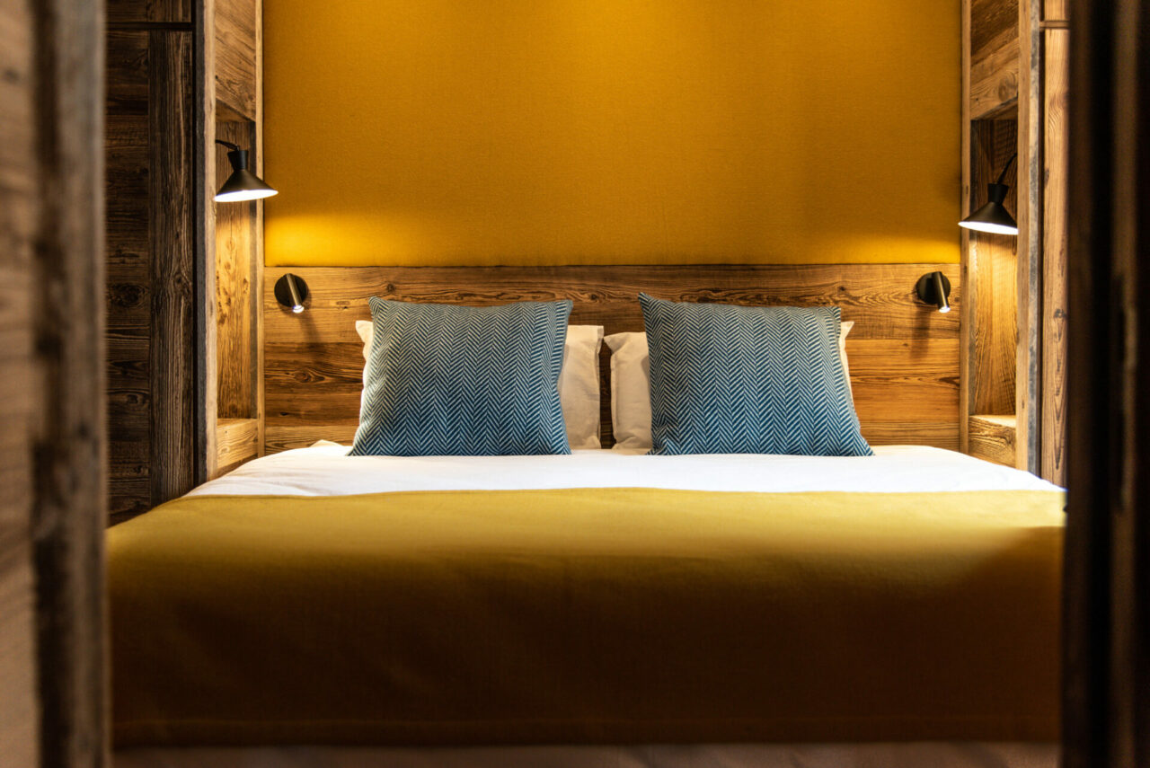 Chalet - chambre ambiance vieux bois et jaune